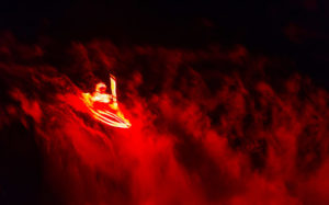 Сплав по горной реке в темноте в светодиодных огнях.