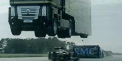 Прыжок грузовика через болид F-1