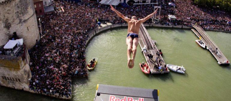 Экстремальные прыжки в воду с большой высоты