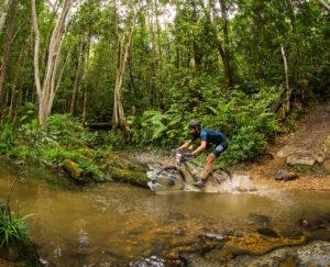 Заплыв по болоту на горном велосипеде
