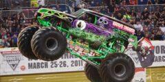 Выступление автомобилей Монстр-трак (Monster Truck)