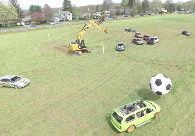 Футбол на автомобилях с экскаваторами на воротах.