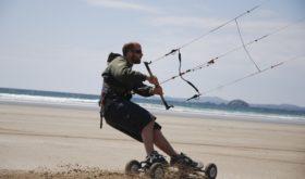 Кайтсерфинг — спорт для любителей кататься с помощью ветра.