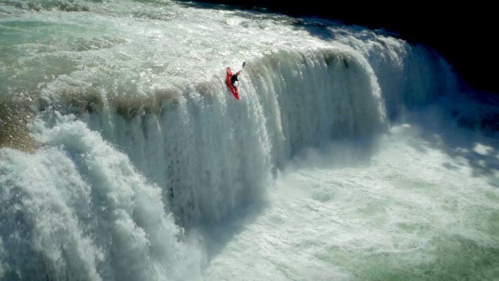 Прыжки на каяках с водопадов