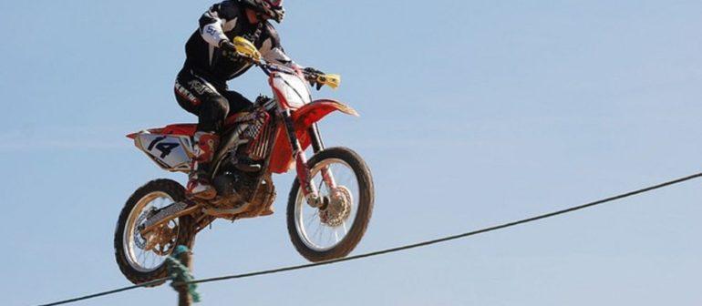 Мотоциклист канатоходец (Слеклайн на канате верхом на мотоцикле)