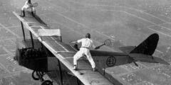 Теннис на крыле самолета