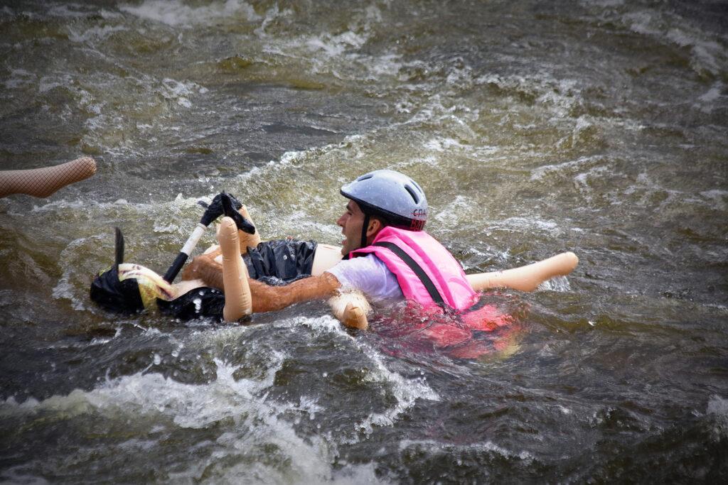 Гонки по воде на резиновых женщинах